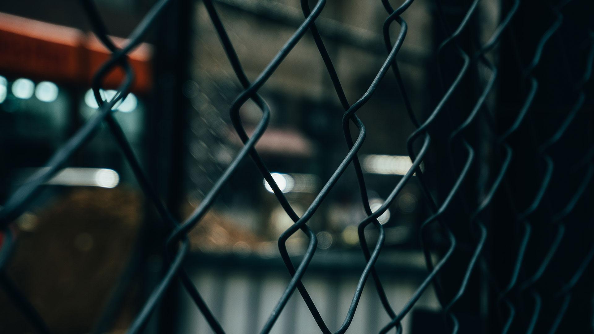 Ein Zaun sichert das Gelände einer Immobilie die das Deescalation Service Team GmbH bewacht