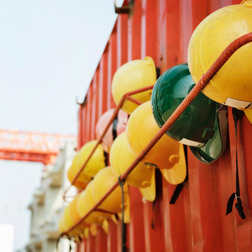 Baustellensicherung und Bewachung stellt komlexe Anforderungen an die Mitarbeiter des Deescalation Service Teams. Die hier dargestellten Schutzhelme müssen getragen werden