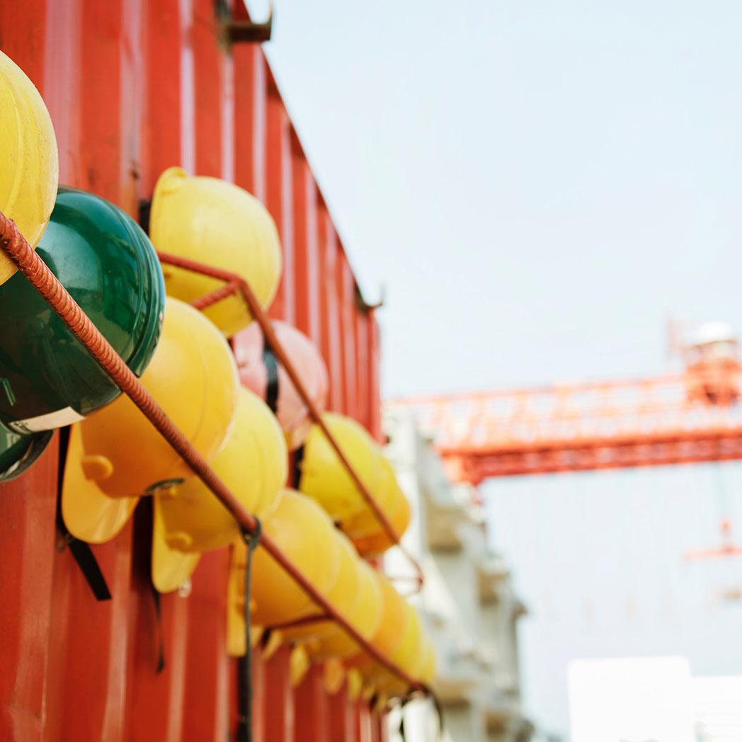 Alle Mitarbeiter der Baustellensicherung und Bewachung müssen Schutzhelme tragen