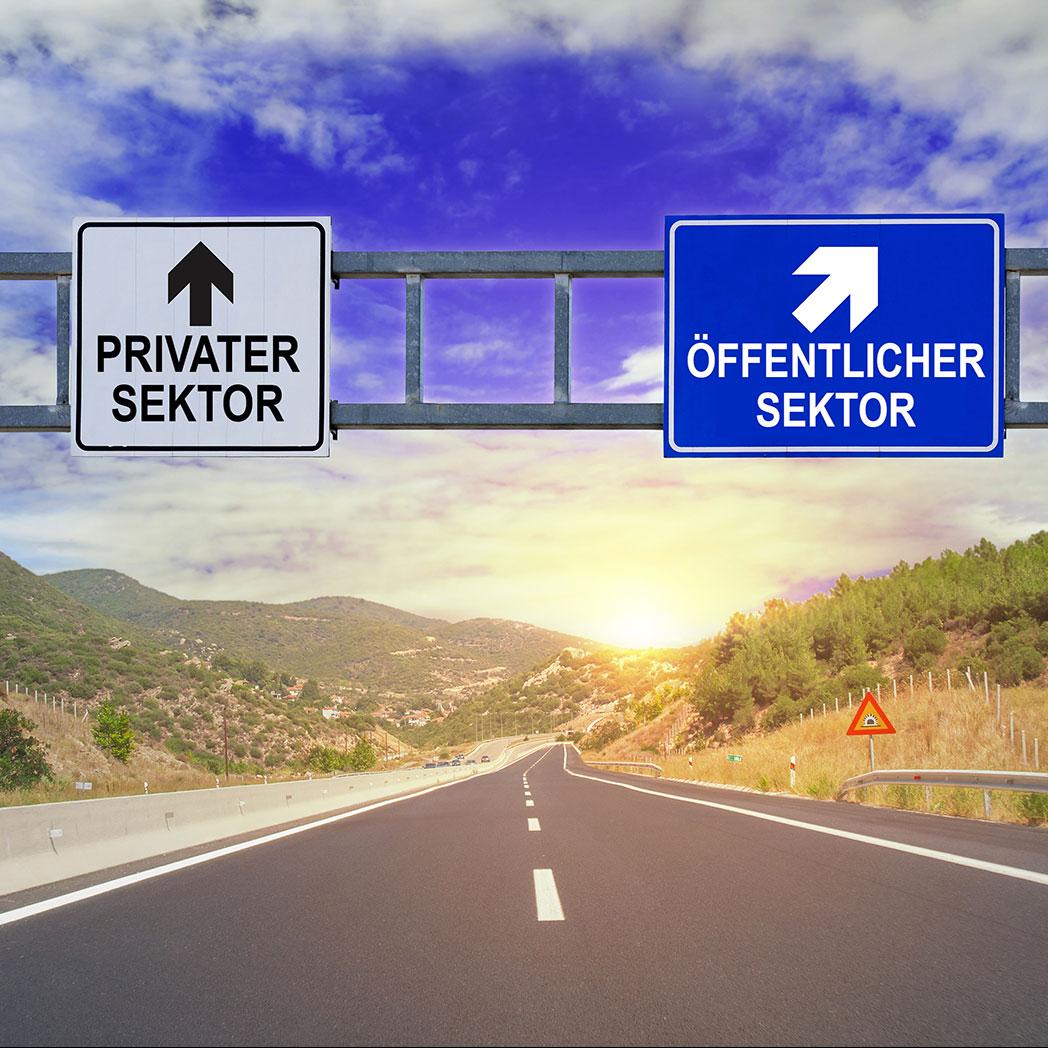 Das Bild zeigt Wegweiser für privater Sektor und öffentlicher Sektor. Wir arbeiten gerne für die Öffentliche Hand