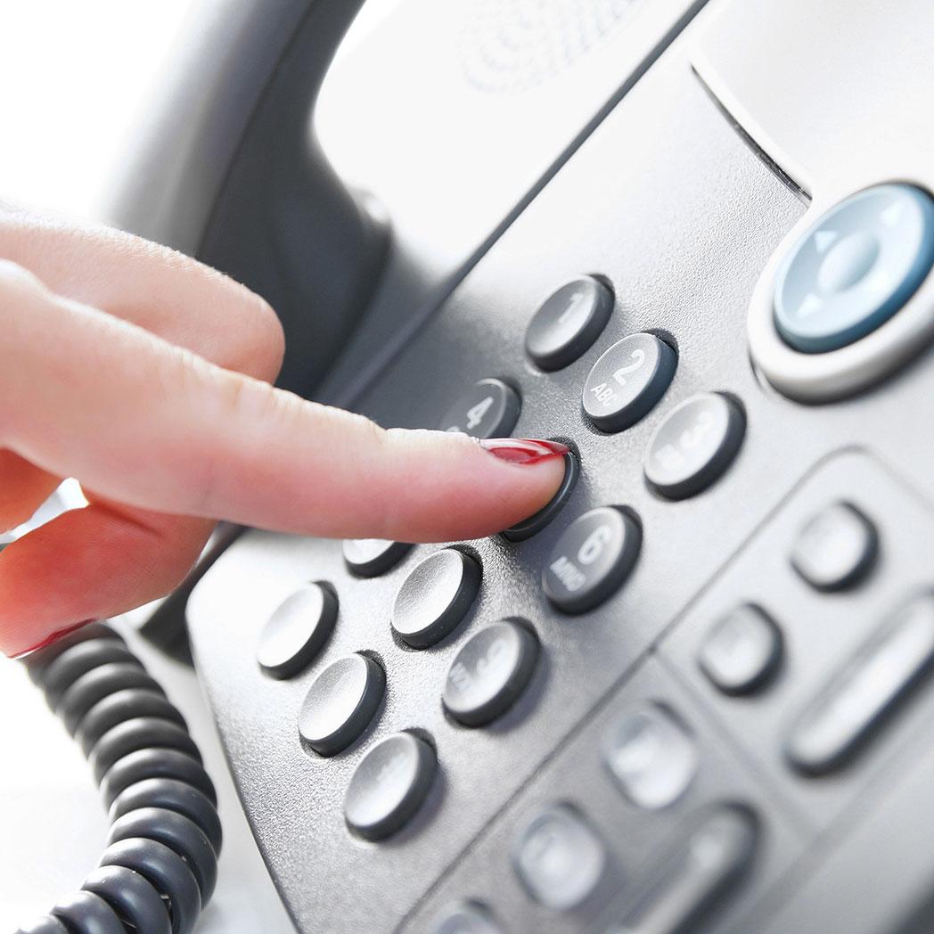 Telefondienst und Postdienst entlasten unsere Kunden. Hier sehen Sie eine Mitarbeiterin am Telefon