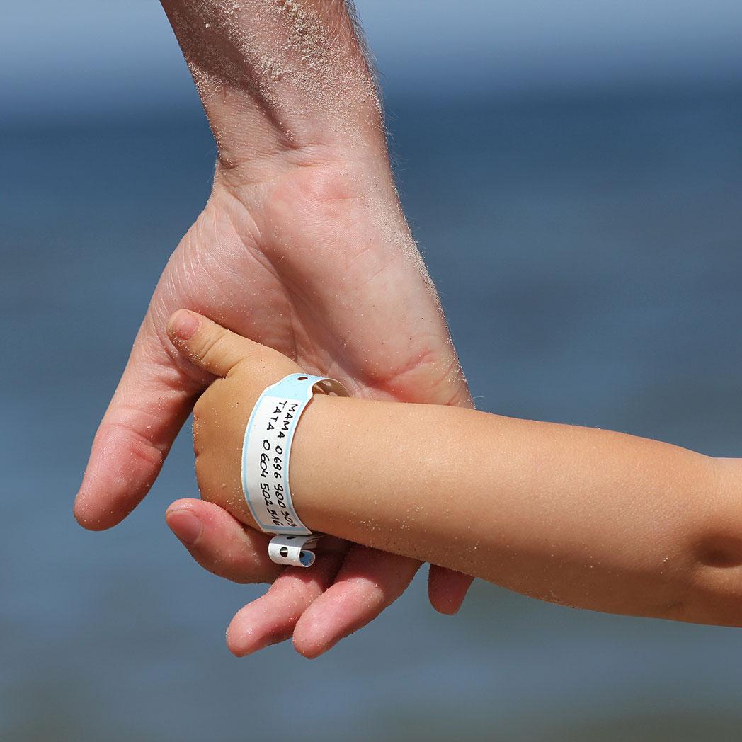 Die Kindersicherheit auf Veranstaltungen ist eine große Verantwortung. Hier sehen Sie unser Stray Kids-Armband