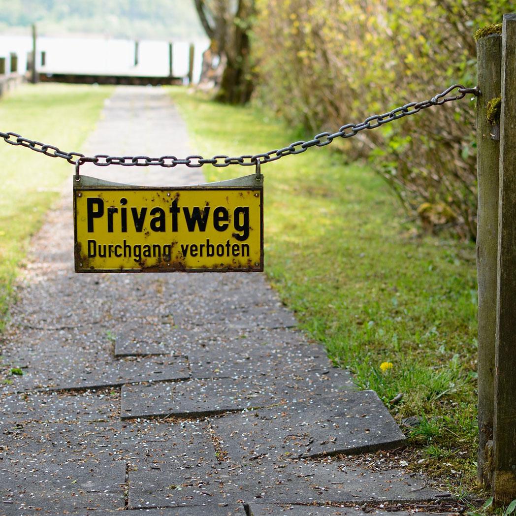 Dieses Schild: Privatweg, Durchgang verboten hält leider keine bösen Buben vom Betreten Ihres Grundstücks ab